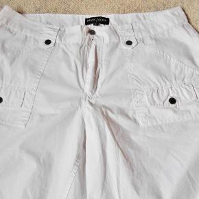 Shorts, Ny Marc Lauge, str. XL , Hvid, Ubrugt  Flotte nye hvide Marc Lauge shorts der aldrig har været brugt 2 lommer i for 2 lommer i bag Talje vidde 97 cm. Side længde 50 cm. 100 % bomuld Porto med DAO uden omdeling , fremme på 2-4 dage Har mobilpay