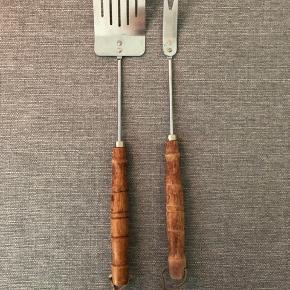 Grillsæt - palette og gaffel. Træet på håndtagene er lidt slidte. Sættet måler 45 cm.