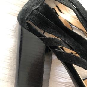 Smukke hæle i læder og ruskind, fra gardenia. Brugt to aftener