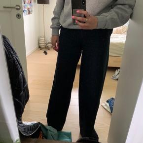 Jeg sælger mine samsøe samsøe bukser i en meget wide model. De er super fede og bløde i stoffet. Bukserne er brugt få gange. Kom med et bud