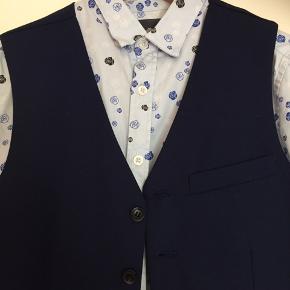 Skjorte og vest str 14 fra mærket Nifty, brugt 2 gange. Er lidt småt i str passer 12-13 år
