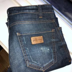 Just Junkies jeans i størrelse W29 L32. Modellen hedder sicko/10013. Brugt et par gange. Nypris var ca. 800 kr. Bud er velkomne. Kan afhentes på Østerbro eller sendes på købers regning 💥