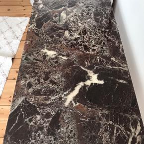 Antikt SINGER symaskinebord i robust marmor. Farven er brunlig/bordeaux. Så smukt marmor