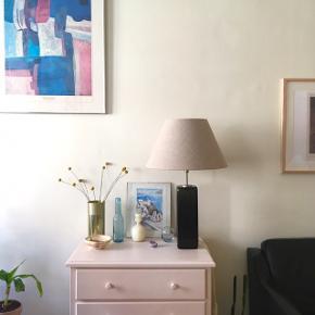 Meget smuk ældre Holmegaard bordlampe i flaskegrønt glas. Dens farve har været lidt svær at fange i dagslys, men glassets grønne farve træder lidt mere frem både i virkeligheden (især hvis den står i en vindueskarm, det kunne jeg ikke tage billede af grundet modlys) og om aftenen når lampen er tændt 🕊 Selve lampeskærmen virker til at være i lækker kvalitet, og er i et hessian-agtigt tekstil. Tror den må være speciallavet til lampen (der står ikke mærke i skærmen).  Sælges da jeg har arvet den, men pt. har en anden lampe fra Holmegaard der passer bedre ind i min indretning.   Højden er omkring 63 cm ink lampeskærmen. Lampen sælges ikke uden skærmen. Pære medfølger.  Mp er 700 kr  Lampen sendes ikke, den skal afhentes på Mimersgade i Jagtvej-enden på Nørrebro 🕊