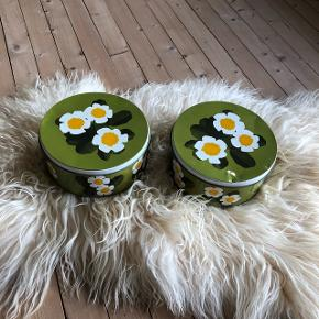 Skønne grønne retro dåser ❤️❤️❤️ Den er har en lille bule men begge pæne indeni 😊👍 H10 Ø24 cm. Samlet pris 100,- kr.