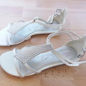 Sandaler fra mærket TAXI, købt i skobutik. Brugt 1 gang, derfor næsten som nye. Med fine sølv-sten foran og flotte detaljer.  Kom gerne med et bud :)