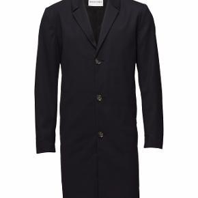 Sælger denne stilede og lækre frakke fra det populære danske modemærke Won Hundred. Den er aldrig brugt og kostede 3.800,-  Farve: Navy  Byd!