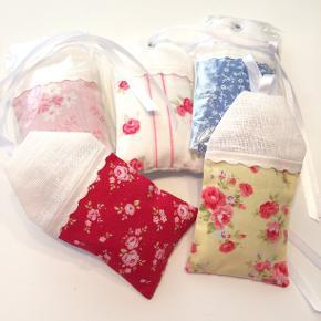 Lavendel duft på pose syet af Marie Lyon  Duftpose med lavendel 12 x 6,5 cm - prisen er pr stk.  (Der er 1-4 tilbage af hver).  Hæng dem til pynt på badeværelset eller i stuen eller hæng dem ind i klædeskabet, så den skønne duft kan brede sig. Nogle bruger dem også ved søvnproblemer i soveværelset.  Jeg kan handle med mobilpay: Jeg sender gerne med post nord til din postkasse (+10 kr 5 dages leveringstid eller 29 kr 1 dags leveringstid), hvis du ikke kigger forbi og henter den. Jeg kan handle via Trendsales med DAO pakkepost (+32 kr), hvor du afhenter pakken ved ønsket DAO udleveringssted.  mvh Lise