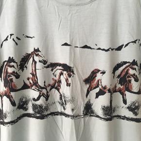 Lækker blød t-shirt med hestemotiv. Brugt ganske få gange