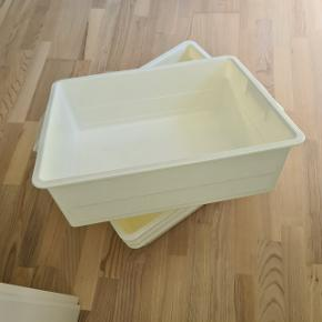 2 plastkasser i rummelig størrelse 50x41x14 cm er lige som nye. Prisen er for 2. Boks Box