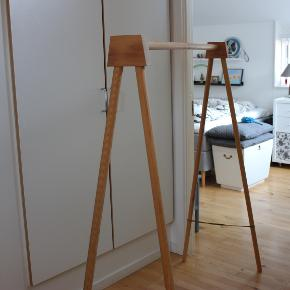 Lækkert tøjstativ i træ, lavet af en møbelsnedker. Højde 150 og længde 140. Kan skilles ad. Skal afhentes i Herlev.
