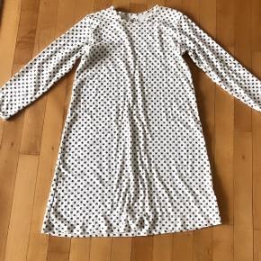 Sød råhvid natkjole med firkløvernønster str 122cm 6-7 år