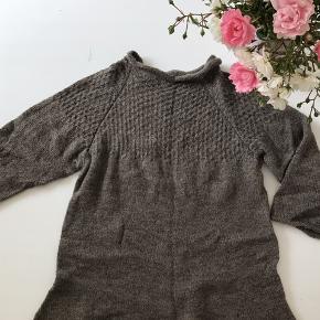 HÅNDSTRIKKET Sweater (Lyntur hedder modellen) i superblødt alpaca garn fra Isager strik. Med mønsterstrikket bære stykke, let taljering, rullekanter og 3/4 ærmer. Overvidde er 88 cm, længde 68 cm, ærme 50 cm. Aldrig brugt, blot skyllet op efter den var færdig. Bytter ikke.