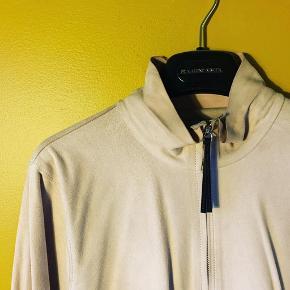 Helt lys og sart lyserød, meget blød ruskindsskjorte med lynlås foran og i ærmerne. Har lette skygger/støv-spor på skuldrene efter at have hængt på en bøjle (en let rens kan fjerne det). Ellers i perfekt stand. Kun brugt 2 gange. Prisen er sat derefter. Style Q57655005. Bytter ikke.