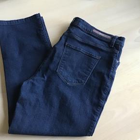 Super fine jeans i 94% bomuld, 4% polyester samt 2% elastan. Måler 64 cm i indvendig skridtlængde og 89 cm på ydersiden fra livet og ned! Måler 44 cm i livet( altså x 2😉)  Kun været vasket e'n gang og er næsten som nye!  Ny pris 999,-   Sælger dem for min mor