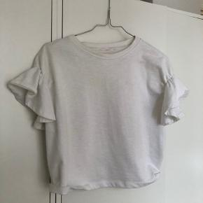 Smuk tyk bomulds t-shirt fra H&M's Trend-afdeling - bliver vasket forinden salg!   Mærket er blevet klippet af, men man kan stadig ane det beige/gullige trend-mærke i nakken.   Ser lidt nusset ud, men er som sagt blevet vasket inden køb 🌱 Deraf den billige pris