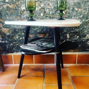 """RETRO 3 benet skønhed af et sofabord. Farven på topbordpladen er Eilersen como fra flugger. Den er douche og elegant i sit udtryk. Den skal ses """"live"""" den gir bordet er blødt udtryk i modsætning til sort/hvid kontrast  Pris 875.kr"""