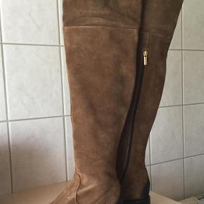 Varetype: Støvler Farve: Se billede Oprindelig købspris: 2899 kr. Prisen angivet er inklusiv forsendelse.  Ovenud smukke overknees fra Apair, lækkert ruskind med detaljer på snude og hæl. Blødt og lækkert skindfoer.  Skaftsjøjde målt fra hvor hæl starte 57 cm.  Skaftsvidde målt midt på støvlen 17,5 x 2 cm.