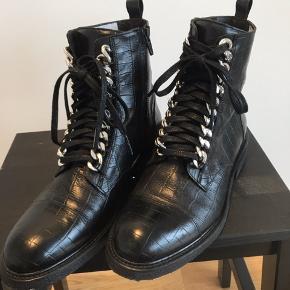 Helt nye billi bi støvler 7439 sort croco med sølv kæde. Der er snørre og lynlås i dem og den gode gummi bund. Modellen sælges stadig i butikkerne og der er stadig mærke i begge sko, sælges da de er for smalle i modellen til min vrist #30dayssellout