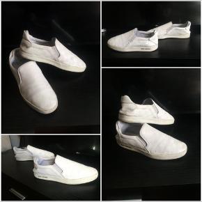 Fede Louis Vuitton slip on sneakers i hvid, str 42, sælges..    Skoene er nogle år gamle, og er velbrugt, som det ses på billederne..    De er dog stadig i ok stand, og har stadig noget liv i sig..     Har fået dem i gave, så kender ikke den eksakte pris.. men købte selv et tilsvarende par for en del år siden, og mindes de kostede i nærheden af 6 læg, dengang..     De er naturligvis ægte, så spar både min og din tid, med ligegyldige og selvindbildte vurderingsevner, og hold dine kommentarer for dig selv..    Svarer ellers gerne på whatever spørgsmål du måtte have..?     SE OGSÅ ALLE MINE ANDRE ANNONCER.. :D