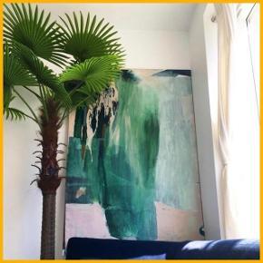 Kunstig palme plantetræ. Det måler cirka 2 - 2,5 meter i fuld højde med bladende. Bladende er aftagelige. Cirka halvandet år gammelt og i super fin stand.  Køber står for transport. Skal hentes i København V.