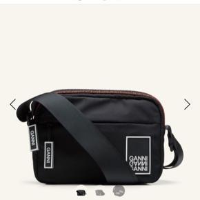 Helt ny og fin ganni taske, den fejler intet! Den har de fineste detaljer, med bla. Logo og farven omkring lynlåsen. I lækkert materiale, som kan holde i alt slags vejr. Den perfekte julegave