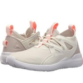 Reebok Cardio Motion sneakers i hvid/lys creme, str. 37. Har nogle pletter (se billeder) - pris sat derefter. Kan muligvis komme af i vaskemaskinen.   Sælger dem for min mor, hun husker desværre ikke nyprisen men det var omkring 500,-