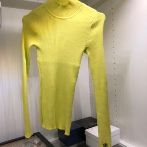 Jeg sælger denne smukke trøje, som har en halv-høj hals, og sidder flot tæt til kroppen.  Str. S Er kun prøvet på, så den fejler intet. Fra H&M Pringle kollektion.   #30daysellout