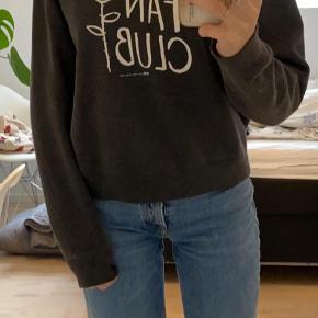 Wood Wood Sweatshirt i str m, jeg er selv en str S, så den sidder lidt oversized. Brugt i en periode, men stadig meget god stand. Sælger da jeg ikke får den brugt. Skriv for mere info:)