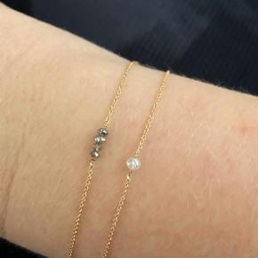 Fineste, helt spinkle armbånd i 18 karat guld og diamanter. Selve armbåndskæden er lidt under 1 mm i bredde.  Sælger kun det øverste armbånd, dvs: Armbånd i 18 karat guld og champagne diamanter, længde ca 16,8 cm. Pris: 895pp (nypris 2500)   Armbånd i 18 karat guld og med en hvid diamant, længde ca 17,3 cm. Pris: 1395pp (nypris 3000)- SOLGT
