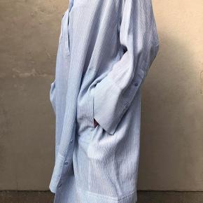 Skønneste skjorte kjole/tunika - brugt nogle timer - er som ny - kan bruges som kjole og med jeans under - stor i str.  Man kan kalde det en One size.