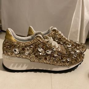 Guld sneakers med similisten, aldrig blevet brugt. Købt i Rom for 4 år siden