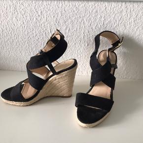 Smukkeste sandaler - brugt en enkelt gang, så godt som nye - høje men stadig yderst behagelige at gå i, hælhøjde kan slet ikke mærkes.