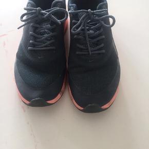 Nike sneakers i str.38.5. Skoene er ikke brugt særligt meget og har mere eller mindre bare stået på skohylden og fyldt. Skoene er små i det, og de svarer til en normal str. 38 i Nike. Kom med et bud :)
