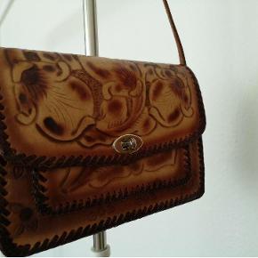 Varetype: taske Størrelse: 0 Farve: Brun  Smuk unik vintage taske, sælges da jeg aldrig får den brugt, hænger bare i mit skab.   Den kan hentes på min adresse eller sendes på købers regning (skal lige finde portoprisen >> men sender primært med DAO)
