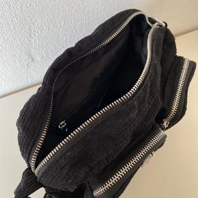 Noella Celina Crossbody i sort fløjl. Aldrig brugt, men har fået en omgang imprægnering. Der medfølger en lang justerbar rem og en støvpose. God taske til hverdagen og fest. Tasken måler 15x25x7 cm. Sendes med DAO eller afhentes i Kolding.