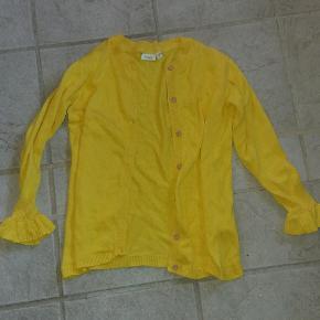 Cardigan med sød flæse ved ærmet. Frisk Gul farve  Str hedder 134/140