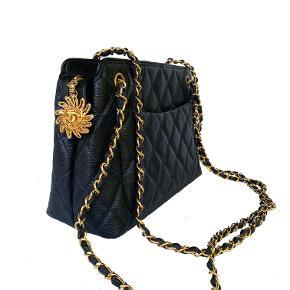 """Chanel vintage Caviar taske med 24k guld på hardware. Med fineste """"sol"""" vedhæng der har stort CC logo. Dobbelt rem der er ideel til crossbody på de fleste. Passer også på skulder.   Helt som ny stand.   Mål: 27x21x10cm.   Fast pris: 15800dkk. For køb og spørgsmål skriv til Info@deedee-tasker.dk"""