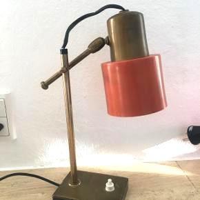 Herlig lille retro lampe købt på marked i trestevere i Rom :) lampen virker fint som ses på billeder, der er dog en løs forbindelse ... men så rykker man lidt på ledningen og Wupti så er der lys over land