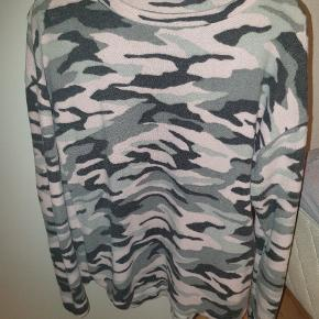 Lækker sweater i fleece.  Giv et bud