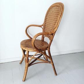 Smuk og velholdt fransk caféstol i mørk kurveflet. Siddehøjde: 45 cm. Kurvestolen koster 275 kr. #caféstol #kurvestol #boholiving #retroliving #kurveflet