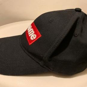 Sort unisex cap / kastet fra Supreme i str one Size med regulerbar strop bagpå. Brugt en gang og sælges for minimum 250 (Købt i Paris)