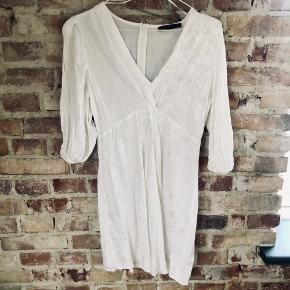 Flot hvid kjole fra Dilvin Woman i str. 40 (L) men passer også fint 38 (M). Brugt nogle gange.   Kan sendes med DAO for købers regning 🤍  Der gives mængderabat, så kig endelig mine annoncer igennem 🌸