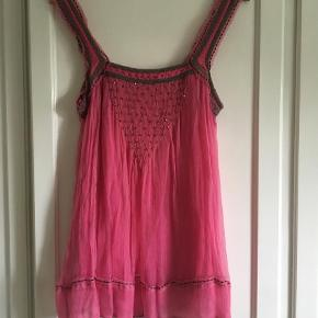 Varetype: Kort Farve: Pink Oprindelig købspris: 1800 kr.  Flot tunika fra Julie Fagerholdt. Som ny.