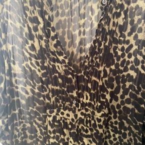 Super fed kimono fra Isabel Marant Etoile i army look. Har primært brugt den over et par Skinny jeans, men kan styles på mange måder