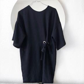 ZARA kjole med fin binde detalje, perfekt til alle julens festligheder  💃🏼  størrelse: S   pris: 150 kr   fragt: 37 kr   Der tages ikke mål af varerne