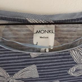 Sød t-shirt med striber og sløjfer.