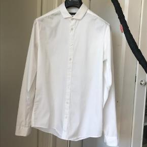 Varetype: Langærmet Farve: Hvid Oprindelig købspris: 1200 kr.  Lækkert skjorte med streach!   Sælger ud af mange af mine skjorter alene fordi jeg har for mange :)