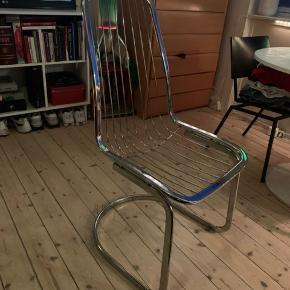 Super fed 70'er retro Gastone Rinaldi stol, sælges..   Stolen er i super fin stand, og er incl original sædehynde (hvilket er ret sjældent!)    Lidt info fra nettet :      DesignerGastone Rinaldi  Designperiode1970 til 1979  ProduktionsperiodeUkendt, 1970 til 1979  fremstillingslandItalien  Identificering af mærker  Dette stykke tilskrives den ovennævnte designer / maker. Det har intet attributionsmærke  StilVintage, italiensk moderne, Regency  MaterialerStål, forkromning FarveSølv Bredde48 cm Dybde60 cm Højde102 cm Sædehøjde42 cm   SE OGSÅ ALLE MINE ANDRE ANNONCER.. :D