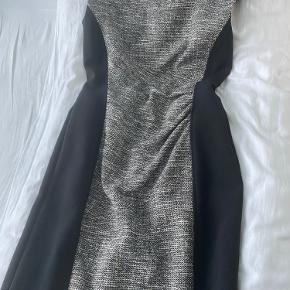 Sælger denne super lækre Max mara kjole. Helt ny aldrig brugt! Ny prisen lå på ca. 1900kr Mindste pris ligger på 600kr Men BYD gerne!